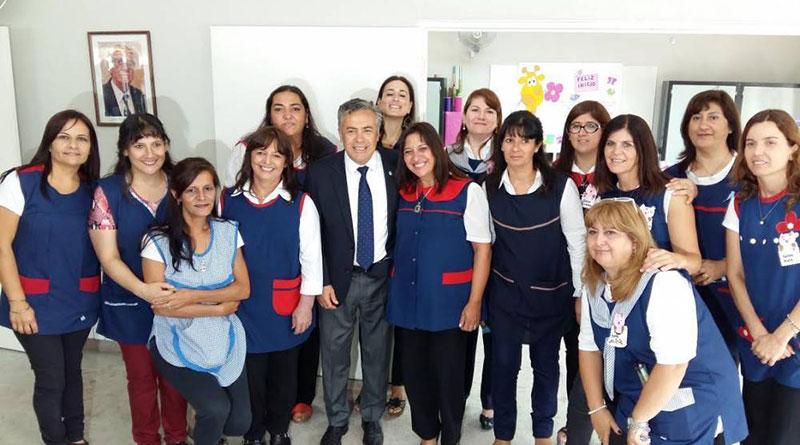 Cornejo aumentó por decreto a docentes